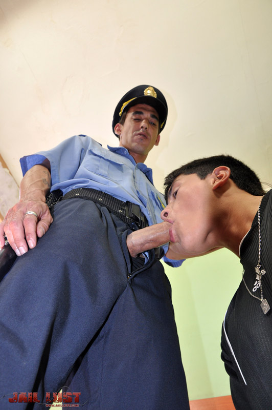 полицейского у в сосёт камере член преступник